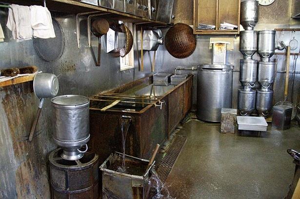 本店に併設されて作られた工場のダシを作る厨房内にある1畳大のプール。寸胴に入ったままのダシを冷やすために今も使われている