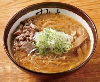 味噌870円。札幌味噌ラーメンの、一つの到達点ともいえる一杯。コクとまろやかさを兼ね備えたスープの表面を、丁寧に生成された自家製ラードがおおう。中太縮れ麺のコシも素晴らしい