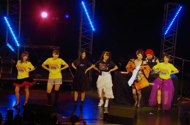 恵比寿☆マスカッツ所属のメンバーがステージに乱入し「TOKYOセクシーナイト」(オリジナル)を披露