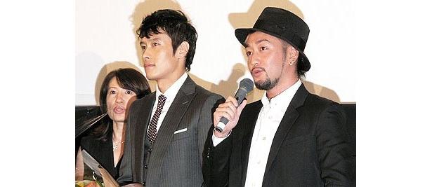 エンディング曲を書き下ろしたORANGE RANGEのRYO(左)