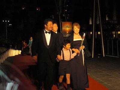 佐々木健介・北斗夫妻はドレスアップしてファミリーで登場