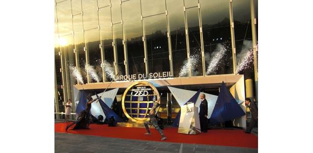 オリエンタルランド・加賀美会長(兼CEO)のオープン宣言のあと、劇場の中央口から小型花火が吹き出した