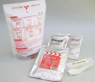 同梱の発熱材を使って料理を温めて食べられる「レスキューフーズ1型 栗五目ごはん」(¥840)。賞味期限は2年6か月