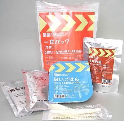 同梱の発熱材を使って料理を温めて食べられる「レスキューフーズ1食パック 牛丼」(¥787)。賞味期限2年6か月