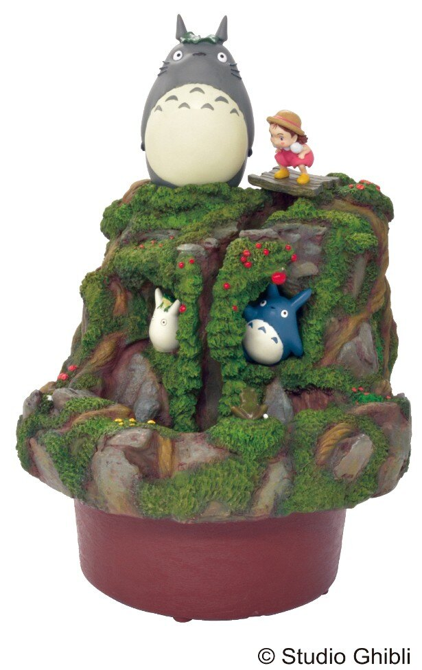 トトロとメイが、川のほとりで遊んでいるシーンをイメージした「となりのトトロウォーターガーデンメイとトトロの川遊び」(税抜13000円)
