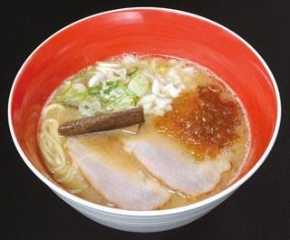我流麺舞 飛燕の魚介鶏塩白湯(750円+塩味味玉100円)。柔らかメンマ、海苔、味付玉子など、トッピングのバランスも素晴らしい