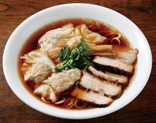 ラーメンツバメの肉煮干し月見中華そば(950円)。豚と煮干しのダブルスープのバランスが絶妙だ