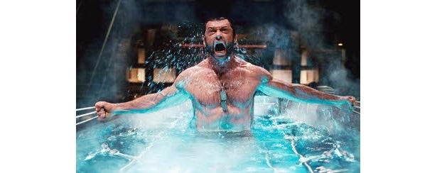 ウルヴァリン役のヒュー・ジャックマンの筋肉隆々のバディも見もの