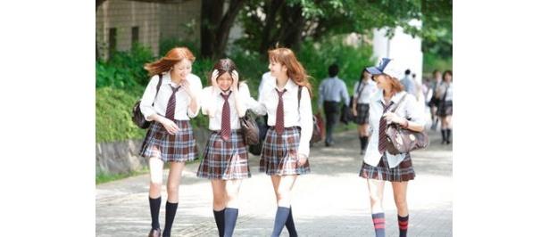 通学中の1シーン。制服姿もさまになっている