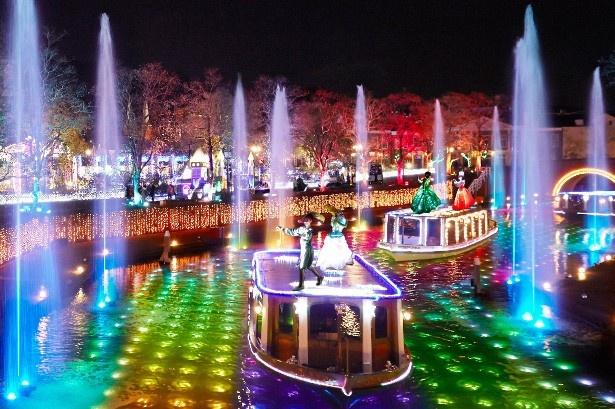 約100mの運河の水中から虹色に輝く光と噴水のショー