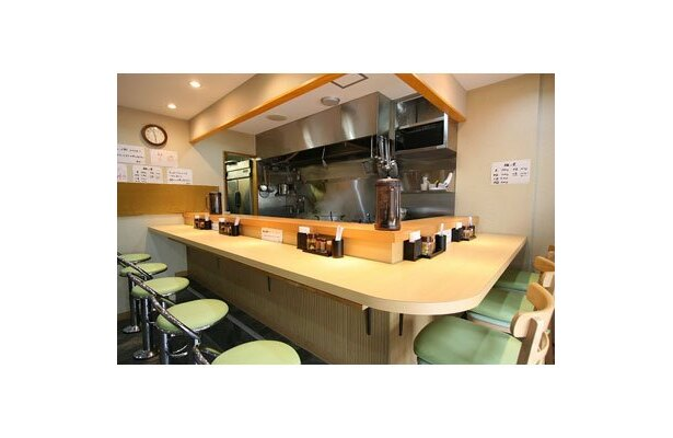 【つけ麺 道】やや高めのカウンター席。白木を生かした清潔感あふれる和の空間
