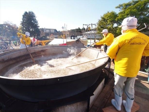 「やまがた宿芋煮会」では約5000食分の芋煮が振舞われる