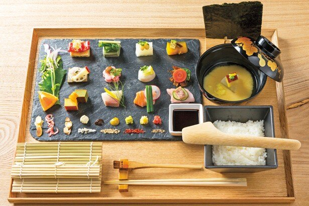 【写真を見る】京野菜を中心とした季節のおばんざいや魚など、日替りで具材を並べる「手織り寿し(並)」(1680円)/AWOMB