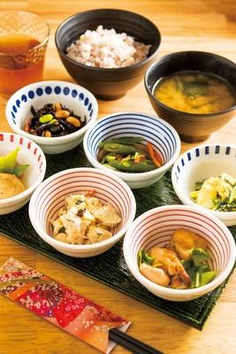 12~15種類から選べる6種類のおばんざい小鉢などが付く「おばんざいセット」(800円※10時~14時、17時~20時)/京菜味のむら
