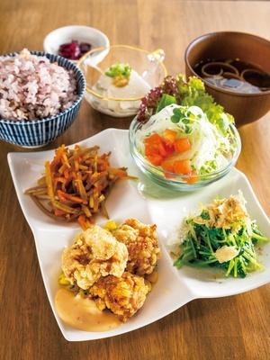 大豆の深い味わいの自家製豆腐などが付く人気メニュー「いろは定食」(930円)/168食堂