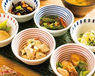 手巻き寿司スタイルの「手織り寿し 衣」(2970円)は、季節のおばんざいや、魚の天ぷらなどの具材がアートのように並ぶ/AWOMB西木屋町