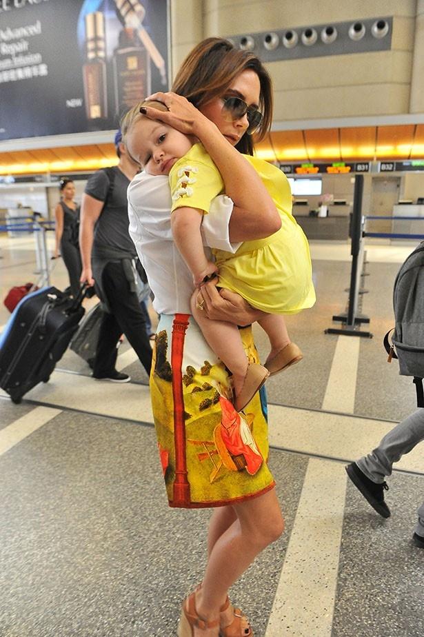 【写真を見る】愛娘ハーパーを抱っこして空港に現れたヴィクトリア