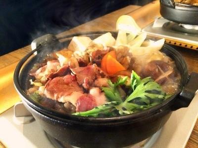 【写真を見る】むじな(穴熊)の肉が存分に味わえる「穴熊すき焼き鍋」(1500円)