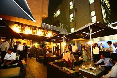 """バーベキューは""""アラビアンナイト""""を彷彿させるcafe BOHEMIAの広々としたテラスで実施"""