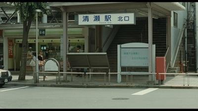 改札を出ると、北口・南口への出口が左右に分かれる「清瀬駅」。北口に降り立つ良多