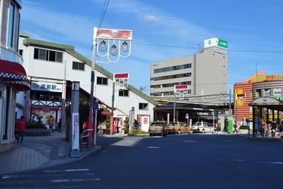 タクシーとバス乗り場が広がる清瀬駅南口。周辺は「南口ふれあいど~り」という商店街に