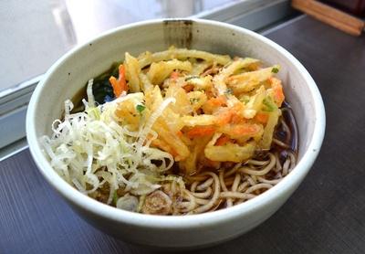 サクサクのかき揚げ天ぷらがのった「天ぷらそば」450円がイチオシ(「秩父そば」)