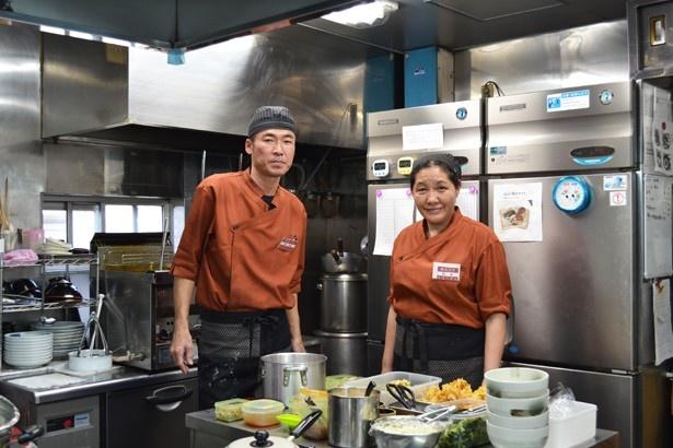 お話をうかがったスタッフの杉本正美さんと、威勢のいい声を響かせていた葛坂尊さん(「秩父そば」)