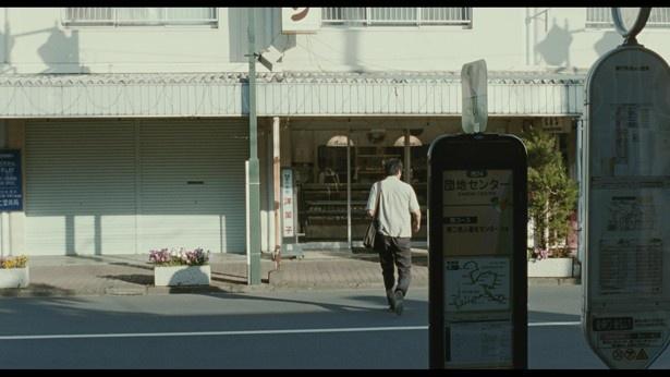 「団地センター」というバス停の目の前にある「ホルン洋菓子店」