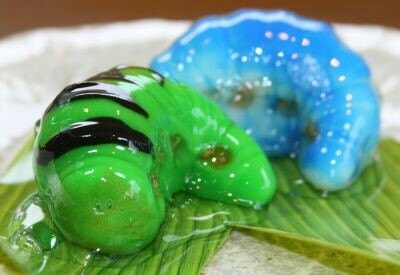 ぬめり感がリアル!夏限定の「いもむしプルプル」は葛でコーティングした和菓子(230円)