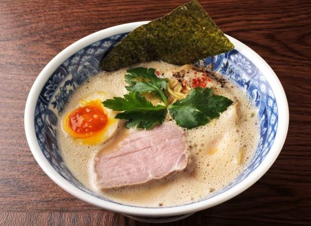 中華そば 親孝行の鶏白湯 生醤油の麺は、香りや風味が際立つ国産小麦を使用している