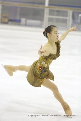 ジャンプを着氷する松田悠良