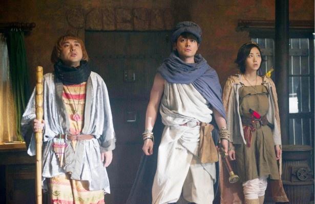 「勇者ヨシヒコと導かれし七人」の第3話でのワンシーン。ヨシヒコ(山田孝之)、ムラサキ(木南晴夏)、メレブ(ムロツヨシ)たちの旅はまだまだ続く!