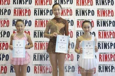 ノービスA女子の表彰式。1位、岩野桃亜(中央)、2位、藤原莉子(左)、3位、本田望結(右)