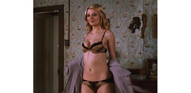劇中では元カレに復縁を迫り、こんなセクシーな姿で誘惑しているが…