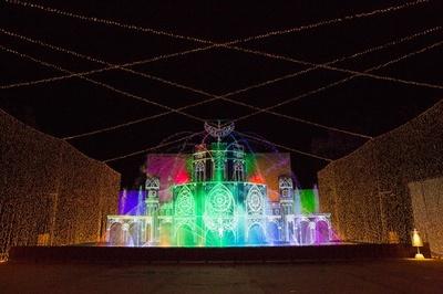 光の大宮殿は高さ15メートルを越える