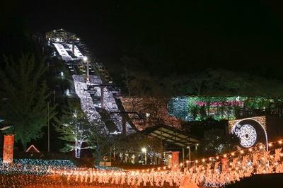 山頂から山麓まで全長約250メートルの斜面にイルミネーションを敷きつめた「光の天の川」