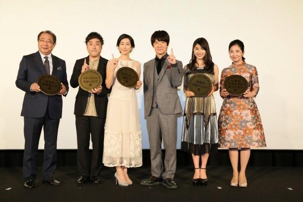 「金メダル男」の舞台あいさつに登壇した平泉成、ムロツヨシ、木村