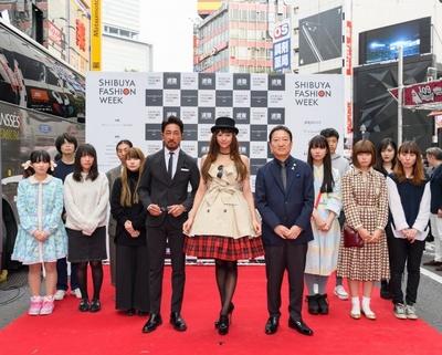「普段歩いている渋谷の街がランウェイに変わって、すごく不思議な感じ」と西内まりやさん