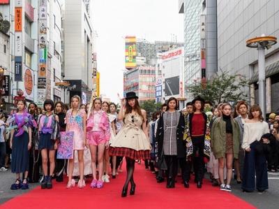 渋谷の街をランウェイに見立てた路上ファッションショーに西内まりやさんが登場