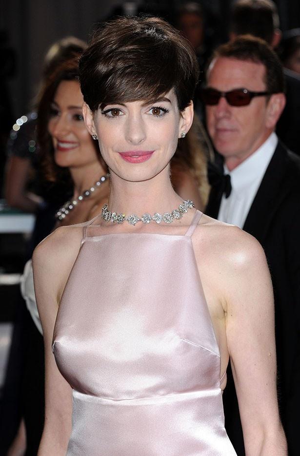 【写真を見る】プラダのドレスを着て授賞式に登場したアン