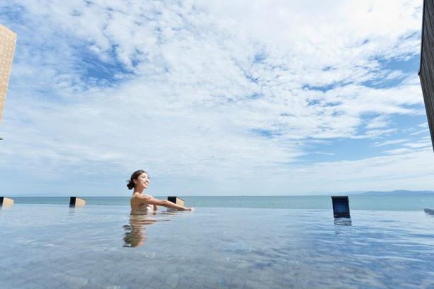 温泉と海、空が一体となる開放的な温泉でゆっくりほっこりくつろごう♪