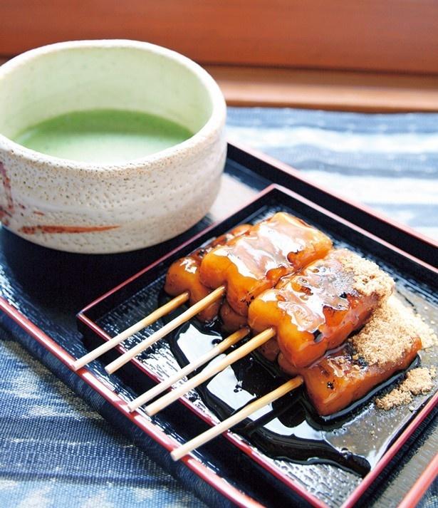 抹茶が付いてくる看板メニューの「みたらし団子」(880円)は、近江産の米粉を100%使用/梅園 清水店