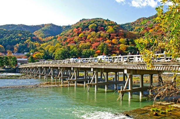 嵐山のシンボル渡月橋。木造の欄かんがゆったり流れる川や山と調和する、嵐山の代表的な景観