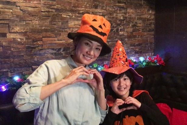 「レディ・ダ・ヴィンチの診断」第3話の撮影で、吉田羊(左)が娘役・藤澤遥(右)とハロウィーンの仮装姿を披露