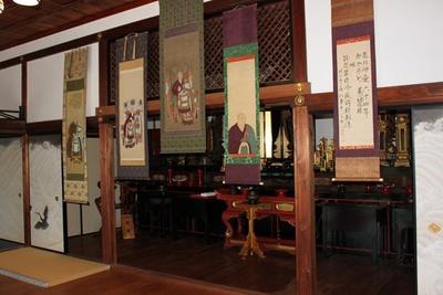 50年を超えると慶事になる先祖供養。寺にて法要が行われるシーンを展示