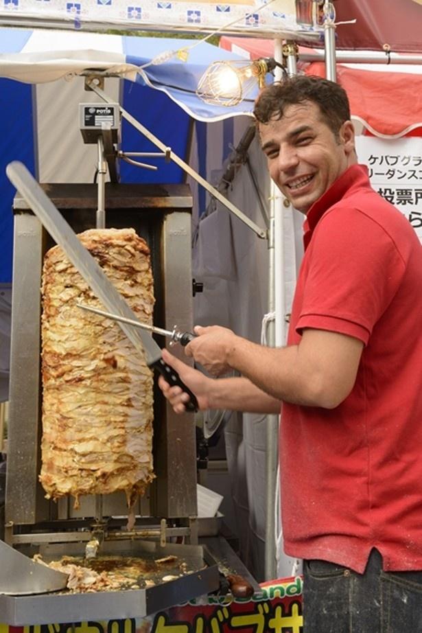 ケバブの具材となる肉は、大きな肉の塊から切り出される