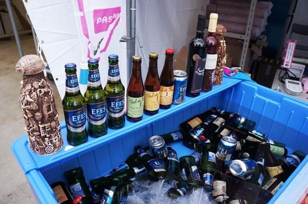会場ではトルコビールやフルーツジュースなども販売される