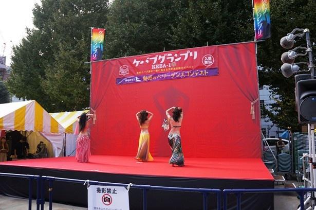 鮮やかな衣装を着たダンサーたちのベリーダンスが会場を盛り上げる