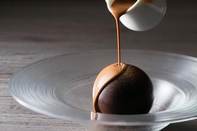 はちみつに漬けた上品な甘さの香ばしいナッツとアイスクリームを薄いチョコレートで包んだパティシエ渾身のメニュー「スフェール」