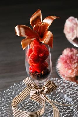 毎日1名にのみ飴細工のユリの花が盛りつけられた「フルール ド ショコラ」がサプライズプレゼントされる